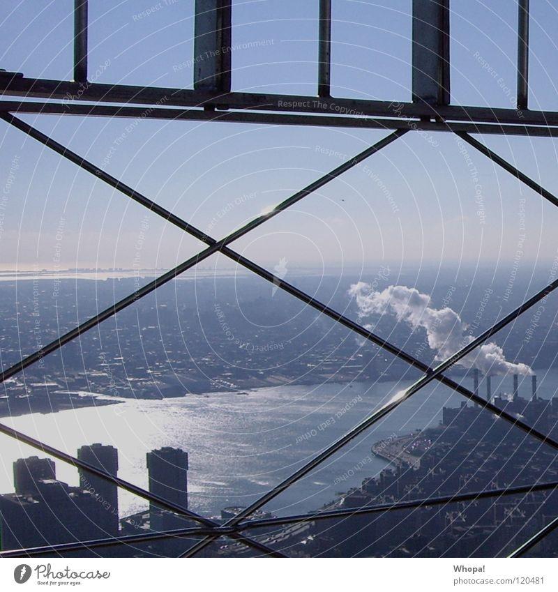 Hinter Gittern Himmel blau kalt USA Rauch Schornstein New York City strahlend Hudson River klirrende Kälte