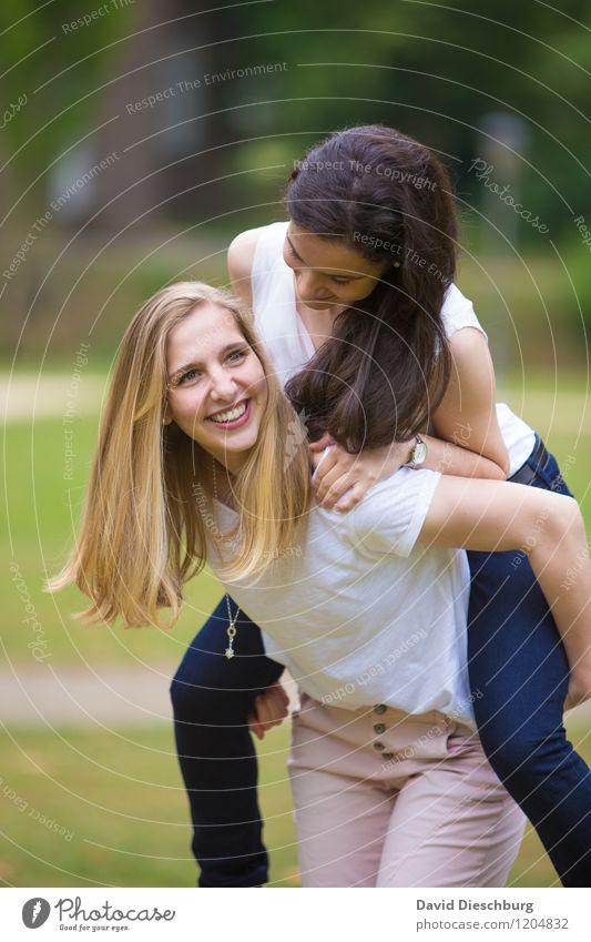 Freundschaft II Ausflug feminin Junge Frau Jugendliche Leben 2 Mensch 13-18 Jahre Kind 18-30 Jahre Erwachsene Garten Park T-Shirt Hose schwarzhaarig brünett