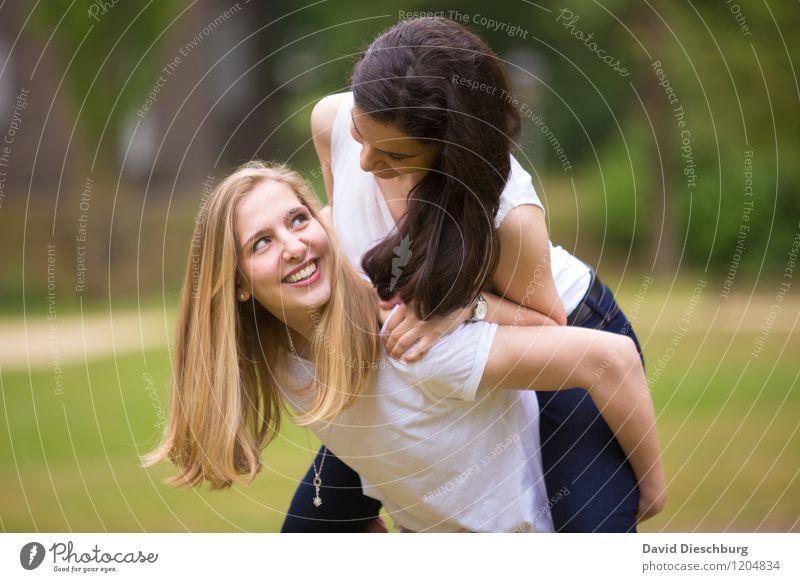 Freundschaft feminin Junge Frau Jugendliche Leben 2 Mensch 13-18 Jahre Kind 18-30 Jahre Erwachsene Natur Frühling Sommer Schönes Wetter Garten Park brünett