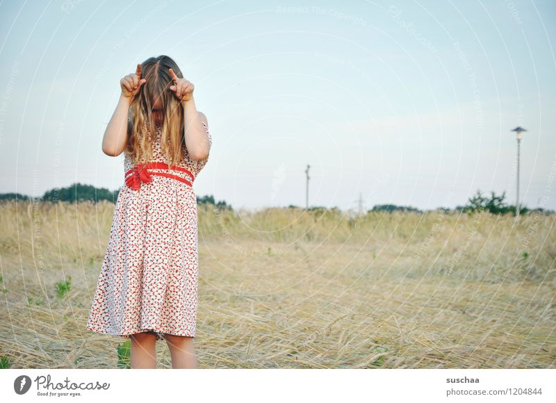 es war einmal im sommer ....... Kind Mädchen Kindheit Freiheit Kindererziehung retro wild Spielen Kleid Haare & Frisuren Außenaufnahme Feld Sommer weiblich