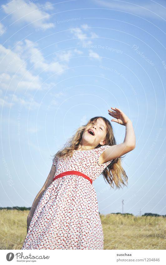 es war einmal im sommer ..... Himmel Kind Natur Sommer Hand Landschaft Mädchen Gesicht Haare & Frisuren Feld Arme Kleid gestikulieren