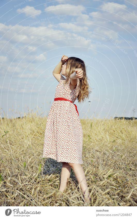 es war einmal im sommer ....... Kind Mädchen junges Mädchen Arme Hand Haare & Frisuren Kleid Außenaufnahme Feld Himmel Natur Landschaft Sommer gestikulieren