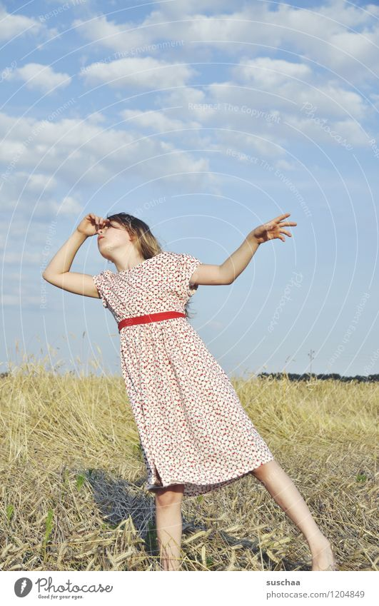 es war einmal im sommer ...... Kind Mädchen Gesicht Arme Hand Haare & Frisuren Kleid Außenaufnahme Feld Himmel Natur Landschaft Sommer gestikulieren