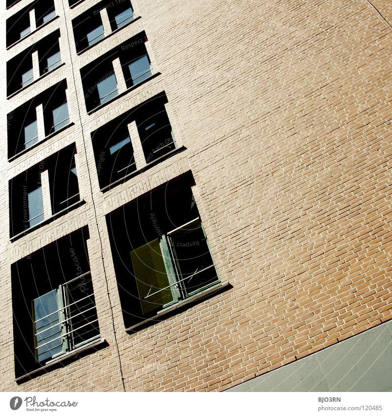 hart und ausgebrannt Backstein rot braun schwarz Fenster Gebäude Stadt grau Quadrat Rechteck Ecke eckig dunkel Detailaufnahme Kontrast Linie Glas Fensterscheibe