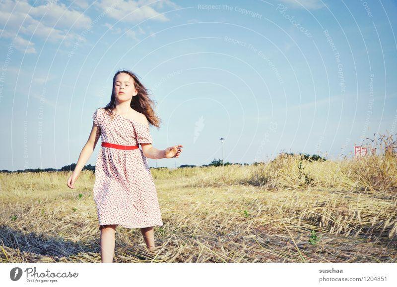 es war einmal im sommer ........ Kind Mädchen weiblich junges Mädchen Gesicht Arme Hand Haare & Frisuren Kleid Außenaufnahme Feld Himmel Natur Landschaft Sommer