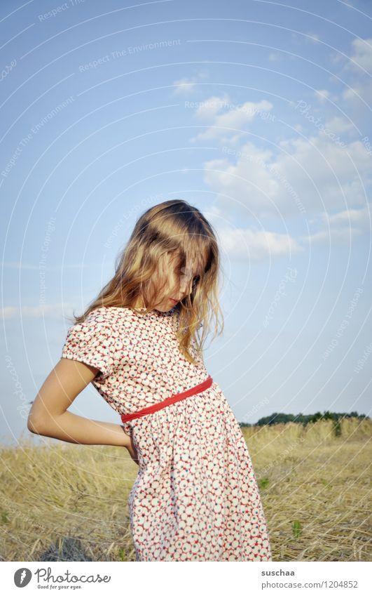 es war einmal im sommer . Kind Mädchen Gesicht Arme Hand Haare & Frisuren Kleid Außenaufnahme Feld Himmel Natur Landschaft Sommer gestikulieren Schauspieler