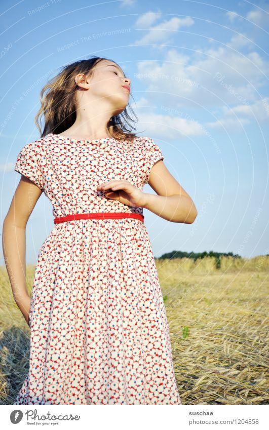 es war einmal im sommer ... Kind Mädchen Gesicht Arme Hand Haare & Frisuren Kleid Außenaufnahme Feld Himmel Natur Landschaft Sommer gestikulieren Schauspieler