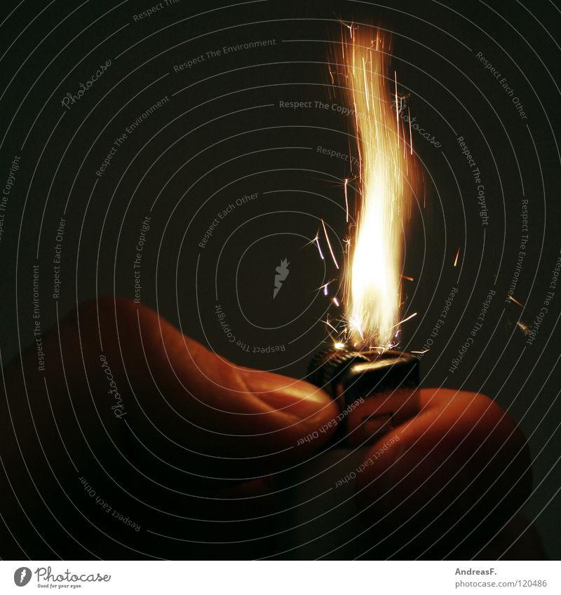 Feuer! Hand Brand gefährlich Sicherheit Rauchen heiß brennen Flamme Brandschutz Feuerwehr Funken anzünden Feuerzeug Desaster Brandstiftung