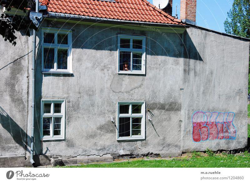 i am here Mensch Stadt alt Einsamkeit Haus Fenster Leben Wand Graffiti feminin Mauer grau Lifestyle Stimmung Fassade Wohnung
