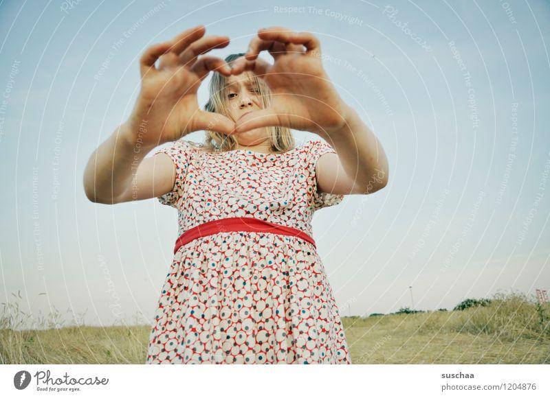 es war einmal im sommer ........ Kind Mädchen Gesicht Arme Hand Finger Kleid Zeichen Außenaufnahme Feld Sommer Himmel Horizont retro Perspektive lustig Liebe