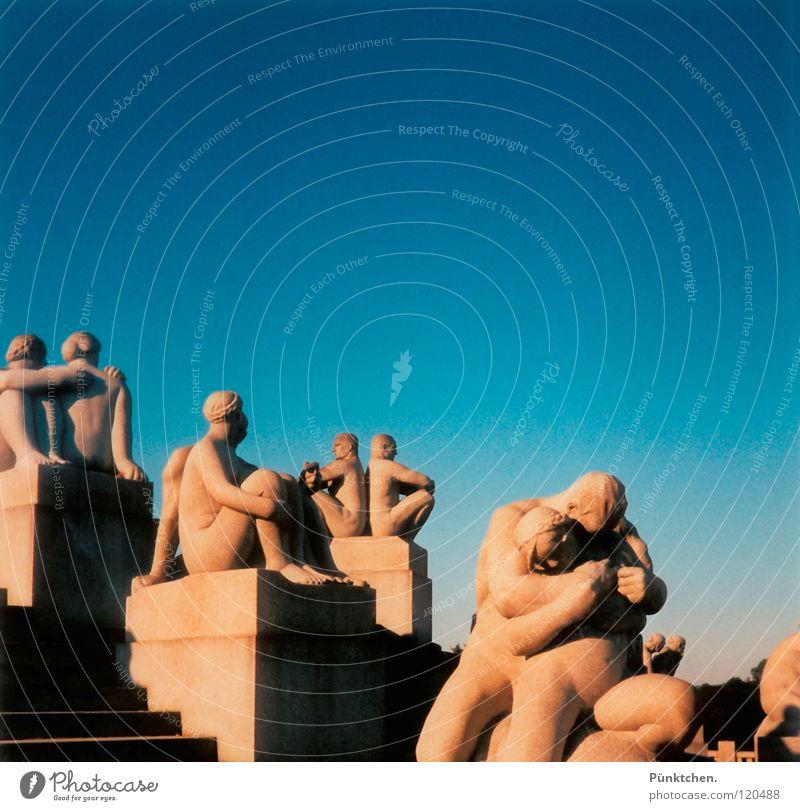 Halt mich ganz fest! Mensch Himmel blau Sommer Ferien & Urlaub & Reisen Stein Beine Kunst Arme Europa Treppe Skulptur Norwegen Sehenswürdigkeit