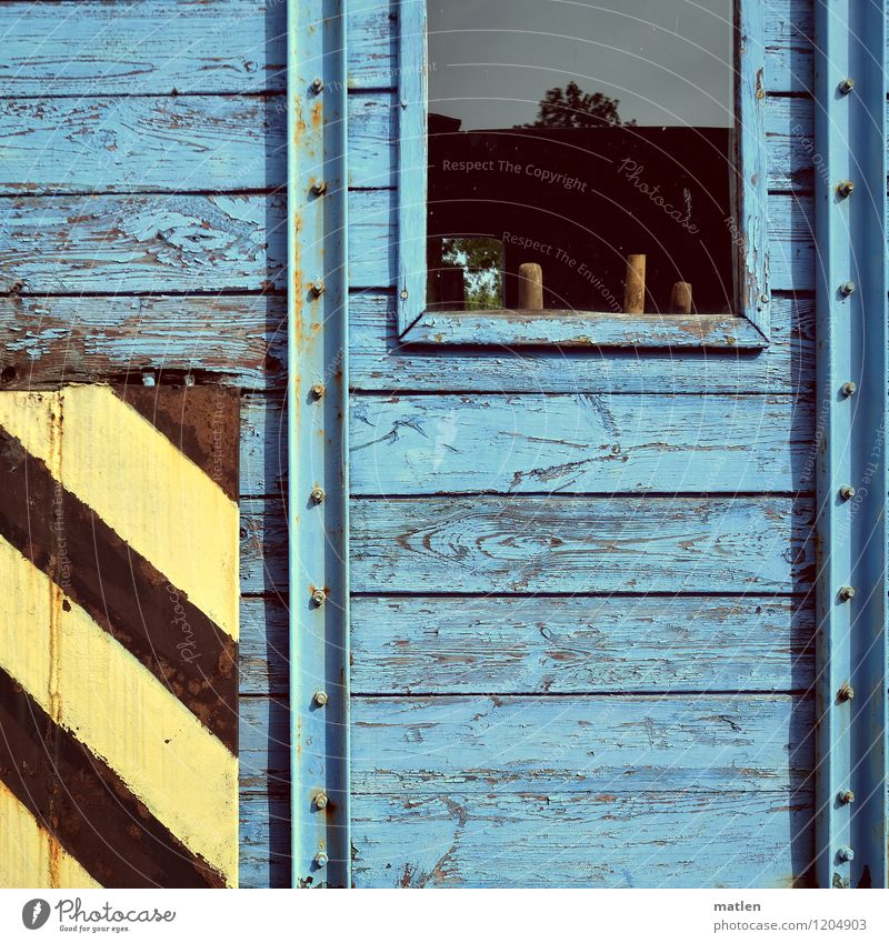 Fensterbrett Verkehr Güterverkehr & Logistik Bahnfahren Schienenverkehr Eisenbahn alt warten blau gelb schwarz Bauwaggon Holzwand Farbfoto Außenaufnahme