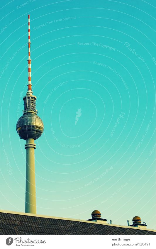 Heute: Telespargel Himmel grün blau Ferne Berlin Niveau Aussicht Dach Kugel Denkmal Wahrzeichen Schornstein vertikal Digitalfotografie Alexanderplatz erhaben