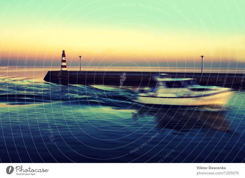 Motorboot betritt die Bucht bei Sonnenuntergang Ferien & Urlaub & Reisen Tourismus Strand Meer Wellen Lampe Spiegel Horizont Wind Küste Ostsee See Leuchtturm