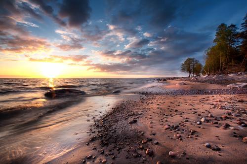 Sandy-Strand mit Felsen in dem Meer. Ostsee Ferien & Urlaub & Reisen grün weiß Wolken Winter gelb Küste Wetter Tür Wellen gold Wind