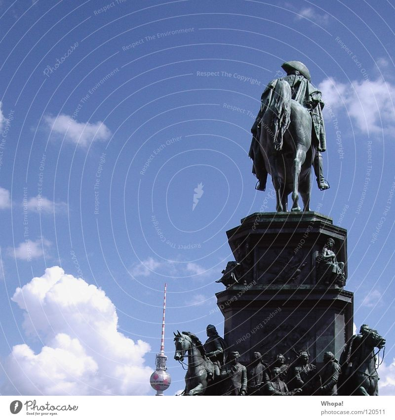 So eine Nervensäge! Himmel Sommer Wolken Berlin Denkmal historisch Berliner Fernsehturm Reiter himmelblau