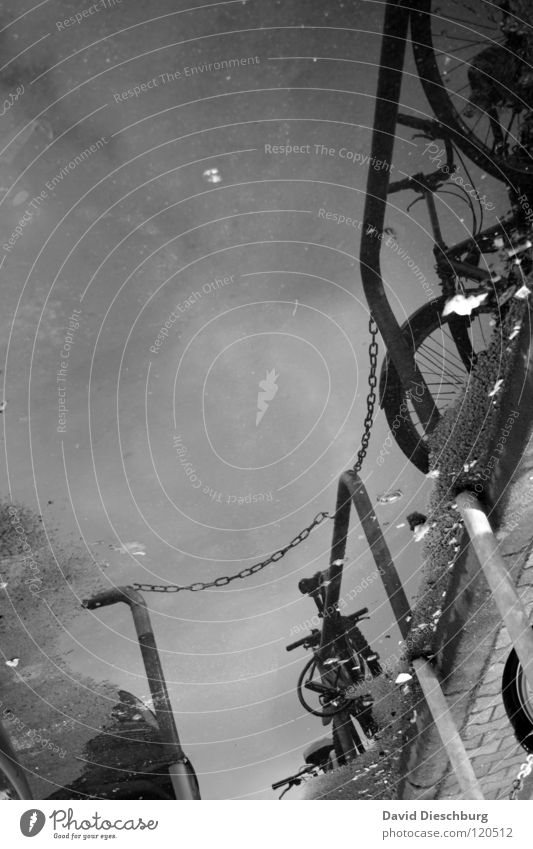 Überflutung Schwarz/Weis Himmel Wasser Wolken Wege & Pfade Regen Fahrrad Bodenbelag Burg oder Schloss Bürgersteig Verkehrswege Eisenrohr feucht Kette Fahrzeug Gewitter Pfütze