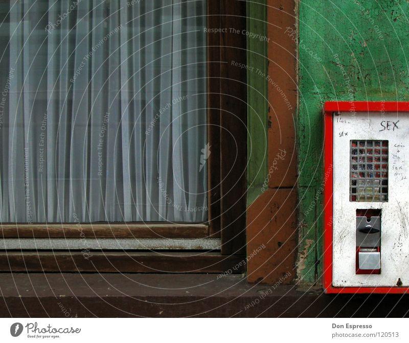 1-Groschen-Job (+Sex) Kaugummi Kaugummiautomat Automat Haus Wand Fassade Fenster Fensterscheibe grün verfallen Nostalgie Mauer dreckig retro Erinnerung