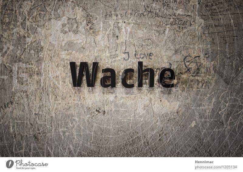 geschoben. Einsamkeit schwarz Wand Graffiti Mauer grau Stein braun Fassade Schilder & Markierungen Schriftzeichen warten Beton Hinweisschild Zeichen Schutz