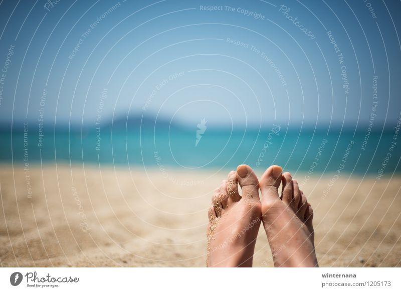 Entspannung am Strand Himmel Ferien & Urlaub & Reisen Jugendliche blau Sommer Wasser Junge Frau Sonne Erholung Freude Leben Liebe Freiheit Fuß Erde