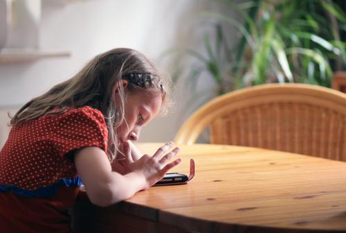 ...ihr erstes Handy ;) Mensch Kind Jugendliche Mädchen Leben feminin Freizeit & Hobby modern Kindheit Technik & Technologie Zukunft Kommunizieren