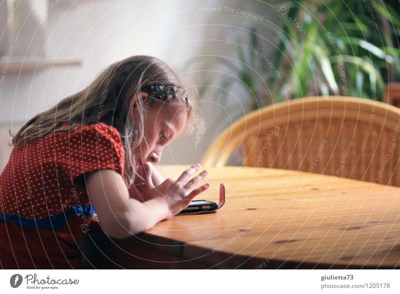 ...ihr erstes Handy ;) Mensch Kind Jugendliche Mädchen Leben feminin Freizeit & Hobby modern Kindheit Technik & Technologie Zukunft Kommunizieren Telekommunikation Wandel & Veränderung geheimnisvoll 8-13 Jahre