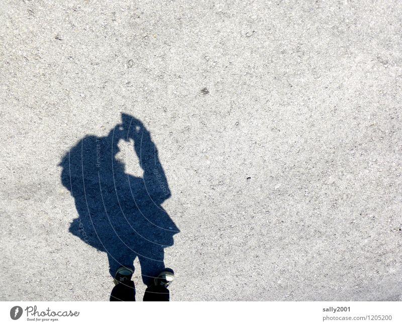 making of: a selfie... PDA Fotokamera maskulin Junge Frau Jugendliche 1 Mensch trendy Selfie Asphalt Fotografieren Turnschuh Zwerg Gnom klein Schatten