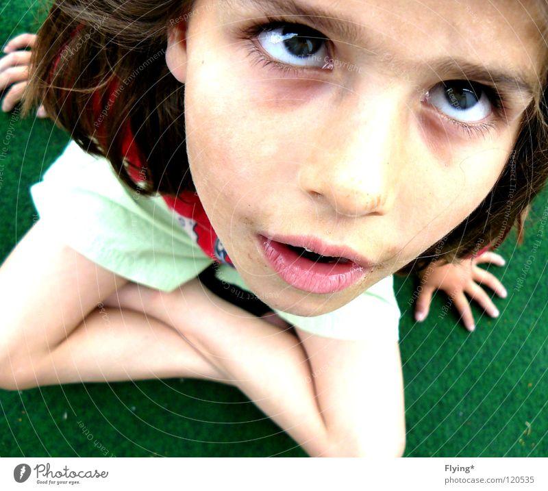 Rachel Kind Hand Mädchen Auge Gras Angst klein sitzen Lippen Fragen Panik Shorts Schwäche staunen kreuzen unsicher