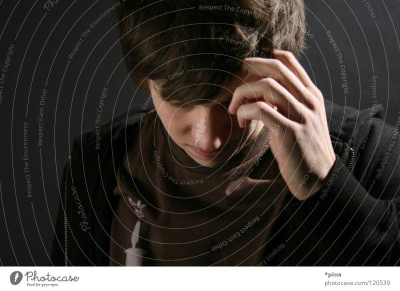 Gedanken Mann Denken Hand verlegen Schüchternheit kratzen Geistesabwesend verträumt Werkstatt Kunstlicht verteilt nachdenken Schatten Haare & Frisuren Mensch