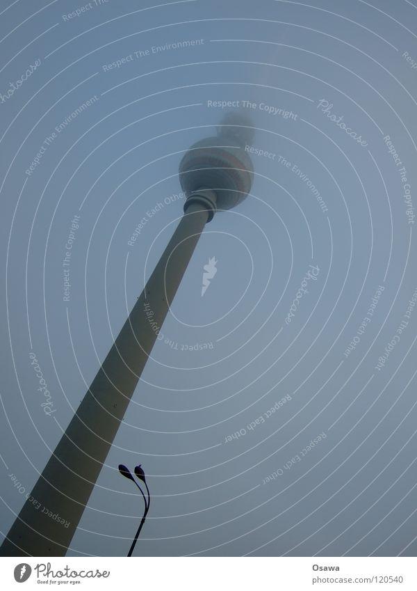 Fernsehturm und Laterne Winter Wolken Lampe dunkel Berlin Traurigkeit Gebäude 2 Nebel Turm Mitte Denkmal Bauwerk Wahrzeichen Straßenbeleuchtung