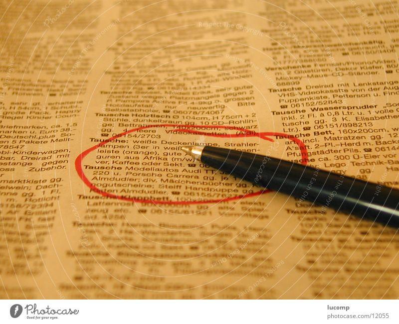 Merkmal Zeitung Kugelschreiber Inserat Unschärfe gelb Schreibstift Medien Schilder & Markierungen Werbung Druckerzeugnisse Teilung