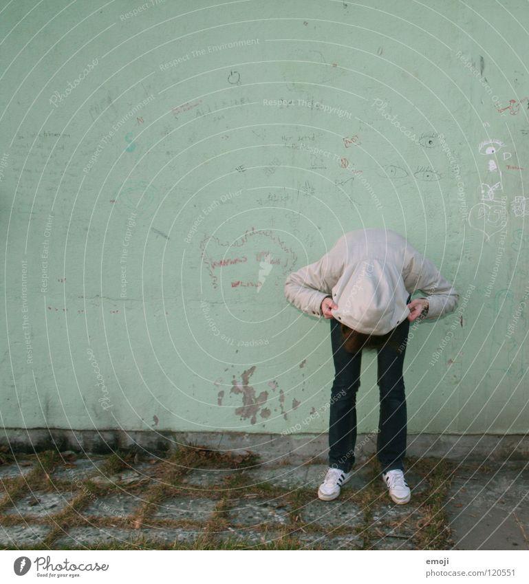 ähm? grün türkis Winter kalt Frau Kapuze Jacke gebeugt stehen Wand Schmiererei Gemälde Jugendliche keine Ahnung Herbst Graffiti Buchstaben Wort gesichtslos