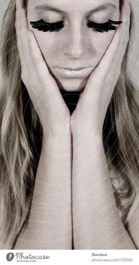 Sanft. Mut. Frau Mensch Hand weiß schön Winter Gesicht kalt Haare & Frisuren hell blond Arme Coolness Beautyfotografie retro Feder