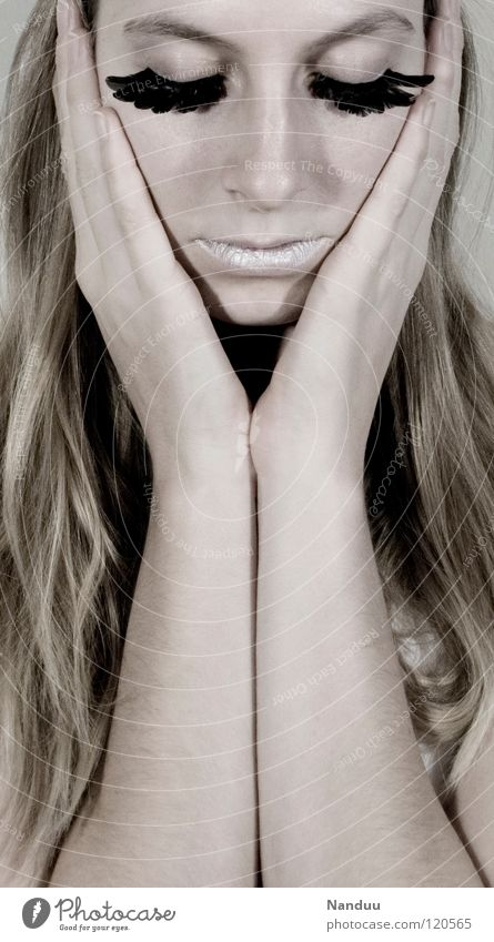 Sanft. Mut. schön zerbrechlich zart bleich weiß Wimpern Kosmetik gefiedert Winter Hand Porträt Frau verwundbar perfekt blond Model kalt unterkühlt Locken