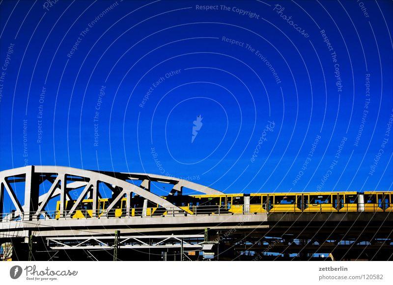 U-Bahn Himmel Berlin Verkehr Brücke U-Bahn Verbindung Schönes Wetter Stahlträger Berufsverkehr Öffentlicher Personennahverkehr Stahlverarbeitung