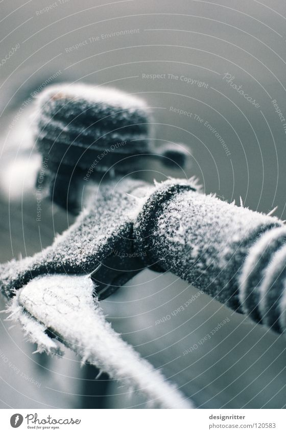 Winterschlaf (3/3) Fahrrad fahren Griff schalten festhalten berühren kalt Eis Raureif gefroren frieren Mantel Schutzschicht schlafen Tilt-Shift edel Schnellzug