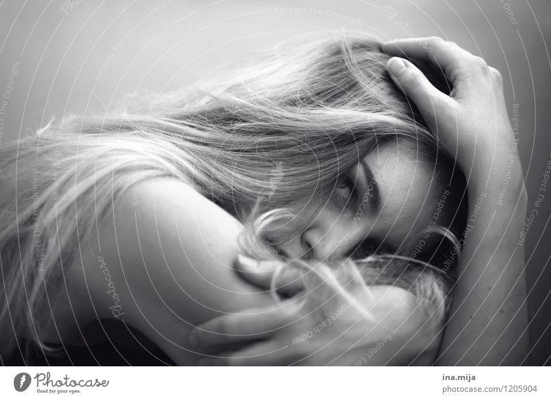 sensibel Mensch Frau Jugendliche schön Junge Frau Einsamkeit 18-30 Jahre Erwachsene Traurigkeit Gefühle feminin Haare & Frisuren Stimmung authentisch blond