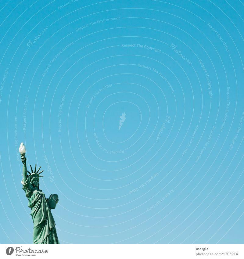 Eine Freiheitsstatue vor blauem Himmel Ferien & Urlaub & Reisen Tourismus Ausflug Ferne Sightseeing Städtereise Kunstwerk Gebäude Sehenswürdigkeit Wahrzeichen