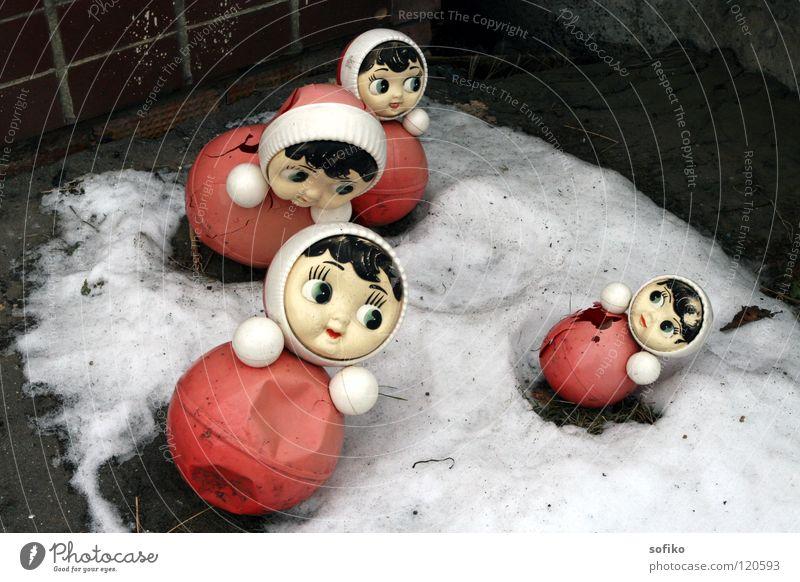 Trister Winter Spielzeug Russland Puppe Schnee trist Kindergarten rot weiß grau kaputt obskur Stehaufmaennchen Kindheit