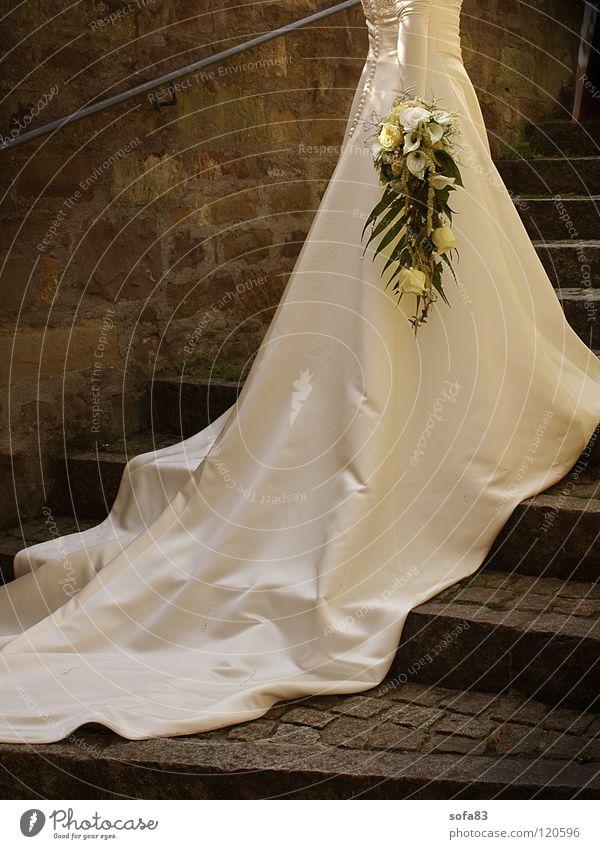 1/2 braut (2) Braut Kleid Brautkleid Hochzeit Blume Blumenstrauß weiß Treppe schleppe ganz in weiß schönster tag einmal im leben