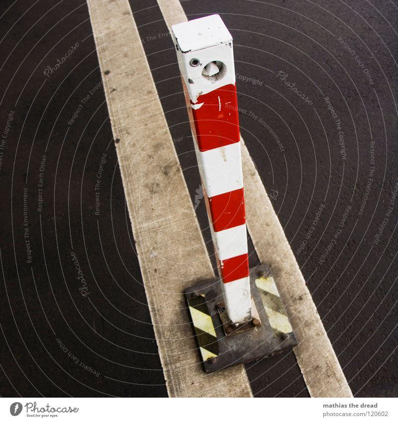 DON'T CROSS THE LINE Stadt schwarz Einsamkeit gelb Straße Farbe kalt grau Wege & Pfade Eis Linie Metall dreckig Schilder & Markierungen geschlossen trist
