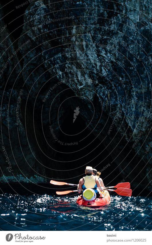 Ins Ungewisse... Mensch maskulin feminin Frau Erwachsene Mann 2 Sport Kajak Kanu padeln Sommerurlaub Wassersport Stein Felsen Aktion Abenteuer ungewiss Höhle