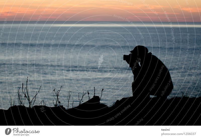 Auf der Jagd Freizeit & Hobby maskulin Junger Mann Jugendliche Erwachsene 1 Mensch 18-30 Jahre 30-45 Jahre schwarz Wasser Meer Wolken Fotokamera Fotografieren