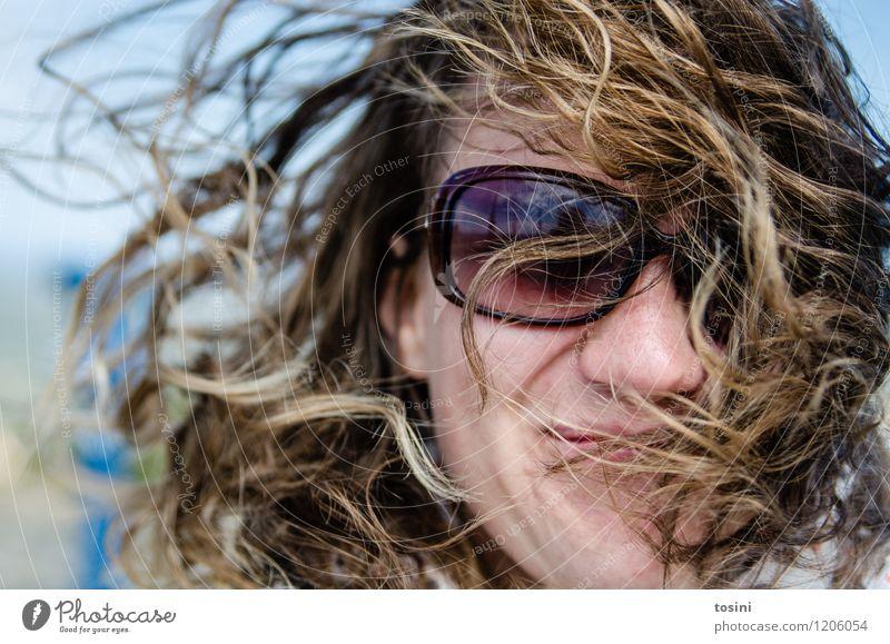 Go Wild Mensch feminin Junge Frau Jugendliche Erwachsene Kopf Haare & Frisuren Gesicht 1 Klima Wetter schlechtes Wetter Wind Sturm natürlich wild Sonnenbrille
