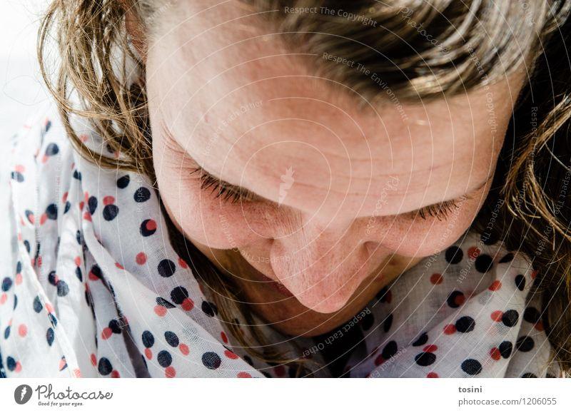 Lass das Mensch 1 weiß Schüchternheit Porträt Frau Junge Frau Stirn Halstuch Punkt Pünktchen Wegsehen Angst Farbfoto Außenaufnahme Blick nach unten