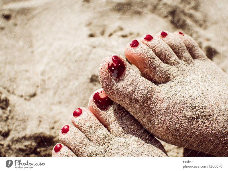 Abgelaufen Fuß rot gebraucht Nagellack Zehennagel Sand Strand Pause unpassend Gegenteil Makel Haut Sommer Schönheitsfehler schön verbraucht Spielen Farbfoto