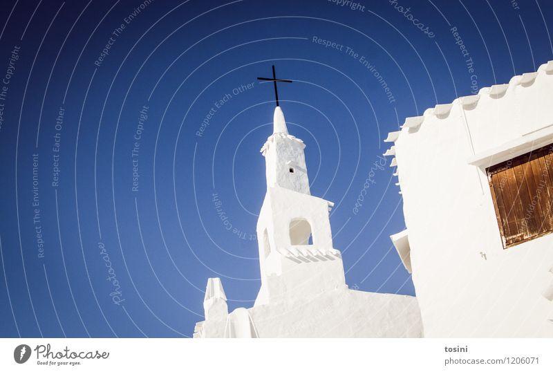 Die weiße Stadt II Himmel blau Haus Fenster Wand Architektur Mauer Religion & Glaube außergewöhnlich Lifestyle Fassade Wohnung Dach Dorf