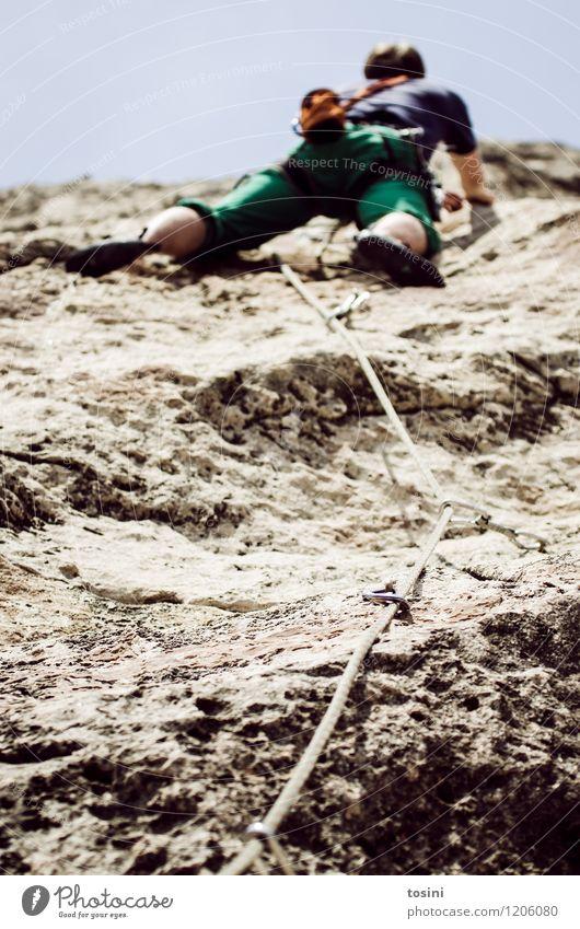 Master of Rock VII Mensch Himmel Natur Mann Berge u. Gebirge Sport Beine Felsen Kraft Perspektive gefährlich Kraft Klettern Vertrauen sportlich stark