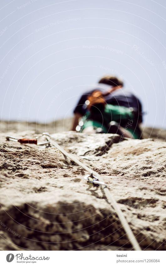 Master of Rock VI 1 Mensch sportlich Klettern stark Krafttraining Sportler Kletterseil Kletterschuh Kletterausrüstung Himmel Mann aufwärts Absicherung