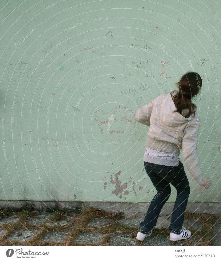 hups grün türkis Winter kalt Frau Kapuze Jacke gebeugt stehen Wand Schmiererei Gemälde Jugendliche keine Ahnung Herbst Graffiti Buchstaben Wort gesichtslos